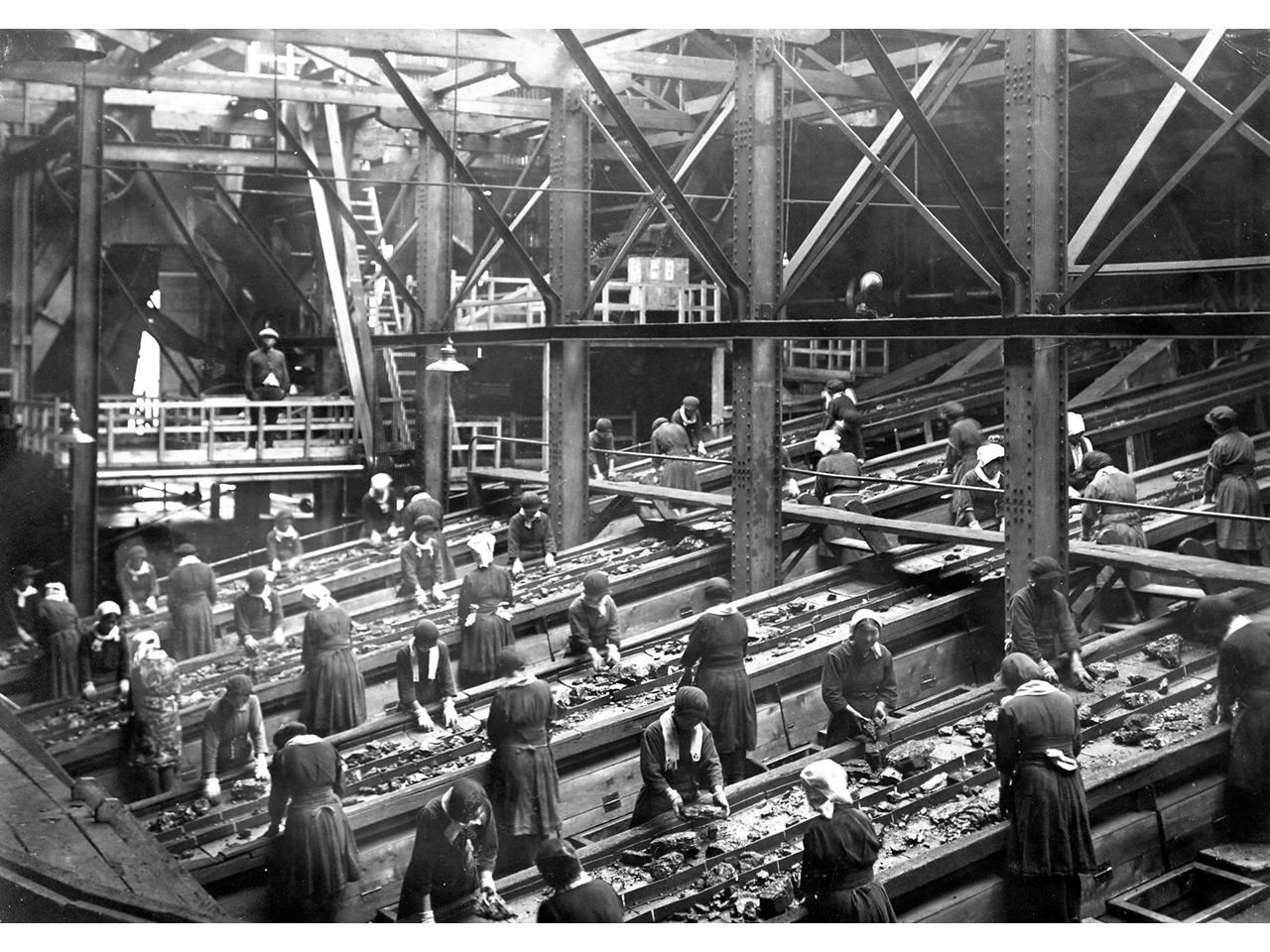 画像:炭鉱で働く女性たち
