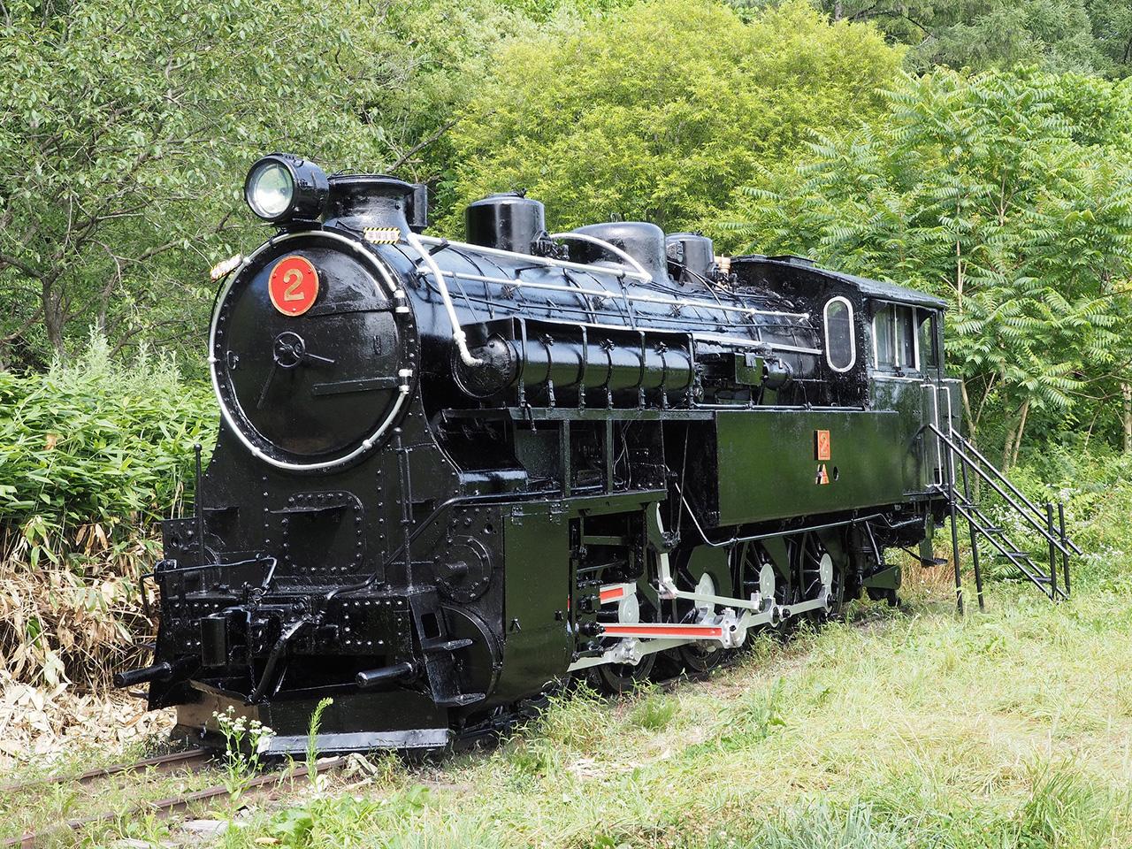 画像:美唄鉄道東明駅舎 4110形式十輪連結タンク機関車2号(2)